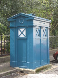 Edinburgh City Police Box by Architect Ebenezer James MacRae --- Brian McNeil [CC BY 3.0 (https://creativecommons.org/licenses/by/3.0)]